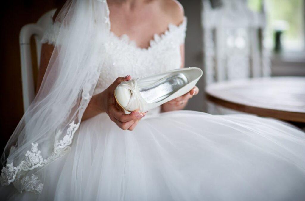 Ganz klassisch sind Brautschuhe weiß